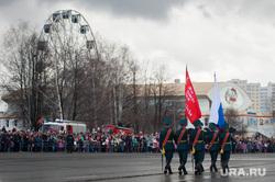 Военный парад, посвященный 73-й годовщине победы в Великой Отечественной войне. Свердловская область, Верхняя Пышма, колесо обозрения, знаменная группа, верхняя пышма, знамя победы, день победы, знаменосцы