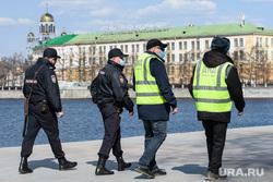 Пятнадцатый день вынужденных выходных из-за ситуации с CoVID-19. Екатеринбург, полиция, проверка документов, маска на лицо, полицейский в маске
