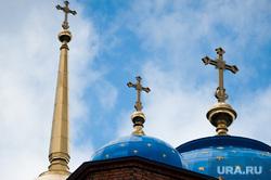 Подъем главок с крестами на четыре башенки восстанавливаемого Успенского Собора. Екатеринбург, крест, вера, религия, собор успения пресвятой богородицы, успенский собор, православие