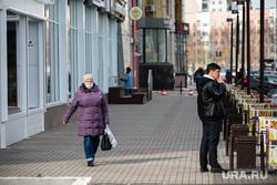 Город во время режима самоизоляции. Сургут, человек в маске от гриппа, вирус, санитарные нормы