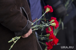 Возложение цветов к памятнику Ельцину в день его рождения. Екатеринбург, гвоздики