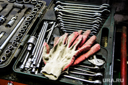 Работа в автомобильной мастерской. Екатеринбург, мастерская, гаечные ключи, гараж, рабочие перчатки, набор ключей