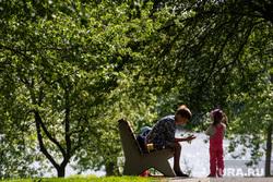 Сорок шестой день вынужденных выходных из-за ситуации с распространением коронавирусной инфекции CoVID-19. Екатеринбург, ребенок, сквер, семья, парк, сидит на скамейке, прогулка с ребенком, парк железнодорожников