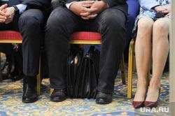 Конференция челябинского Союза промышленников и предпринимателей с участием Алексея Текслера. Челябинск, ноги, портфель чиновника