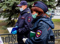 Полицейский патруль проверяет соблюдение режима самоизоляции. Челябинск, патруль, эпидемия, полиция