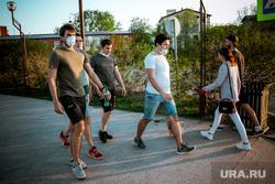 6 мая, начало масочного режима в Тюмени. 06.05.2020 Тюмень., тротуар, маска, прохожие, люди в масках, пешеходы, улица