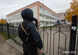 Эвакуация 18 школы после обнаружения предмета похожего на взрывное устройство. Сургут, эвакуация, автоматчик, минирование, полиция, оцепление, школа18, полицейский с автоматом, бомба в школе