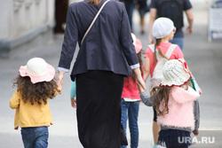 Виды города. Курган, семья, дети, многодетная мать, за руку