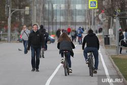 Подборка фотографий в период самоизоляции 28.04.20 в Перми, велодорожка, велосипедист, пешеход в маске
