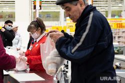 Противоэпидемические меры, предпринимаемые торгово-развлекательными центрами Екатеринбурга, продукты, покупатели, касса, покупки, гастроном, заражение, гипермаркет, продуктовая корзина, бакалея, медицинская маска, вирус, покупка продуктов, маска на лицо, продуктовый магазин, продукты питания