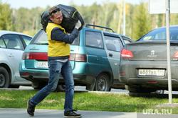 Микрорайон «Светлый» проект TEN, trashtag челлендж. Екатеринбург, мусор, стоянка, человек, люди, участники, отходы, уборка территории, мерч, автомобили, ten, мусорный пакет, тен