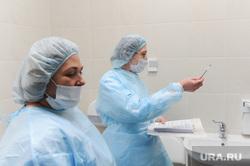 Проверка и забор анализов на коронавирус прилетевших пассажиров в челябинском аэропорту Игорь Курчатов. Челябинск, защитный костюм, эпидемия, медики, врачи, карантин, медицинская маска, тест, коронавирус, санитарный кордон, вирусолог, бактериолог