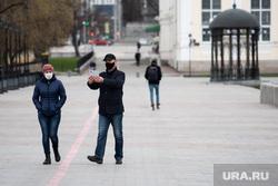 Екатеринбург во время пандемии коронавируса COVID-19, прогулка, селфи, люди в масках, набережная реки исеть, маска на лицо, защитные маски