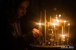 Рождественское богослужение в Свято-Троицком кафедральном соборе. Екатеринбург, свечи, молебен, свеча, служба в храме, храм, церковь, вера, церковная служба, ставит свечку, православие