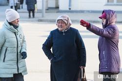 Виды Екатеринбурга, горожане, женщины, холодная погода, разговор на улице