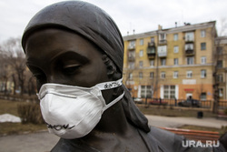 Город во время режима самоизоляции. Магнитогорск, медицинская маска, парк металлургов, респираторная маска, памятник дворнику и сантехнику