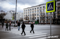 Пешеходный переход на ул. Толмачева. Екатеринбург, пешеходный переход, дорожный знак, улица толмачева