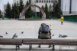 Город во время карантина по коронавирусу. Тюмень  , пустая улица, человек на лавочке