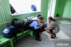 Школа в селе Долгодеревенское, где пикетировали старшеклассники. Челябинская область, школа, школьники, перемена