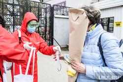 Тридцать второй день вынужденных выходных из-за ситуации с CoVID-19. Екатеринбург, волонтеры, раздача масок, covid-19, covid19