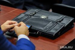 Вице-губернатор Анатолий Векшин на встрече с редакторами муниципальных газет и главами муниципалитетов. Челябинск, чиновник, портфель