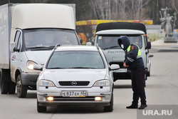Сотрудники ГИБДД на въезде в город  дают разъяснения по поводу режима. Курган, машины, граница, гибдд, дпс, въезд в город, пост гаи