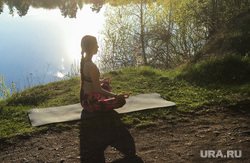 Занятие йогой в парке. Челябинск, девушка, медитация, гимнастика, йога, асана