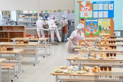 Школьная столовая в школе №136. Екатеринбург, школьная столовая, школьное питание, накрывает на стол, сотрудник столовой