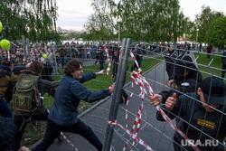 Второй день протестов против строительства храма Св. Екатерины в сквере около драмтеатра. Екатеринбург, ограждение, сквер на драме, храм на драме
