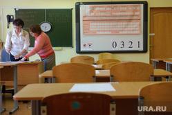 Выпускники 11-ых классов сдают ЕГЭ по географии и информатике в языковом Лицее №2. Екатеринбург, кабинет, егэ, класс, единый государственный экзамен, классная комната