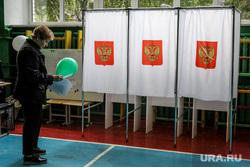 Единый день голосования 2019. Курган, герб россии, пенсионерка, избирательная комиссия, кабинки для голосования, пожилая женщина, выборы, спортивный зал, избирательный участок, школьный спортзал, голосование, избиратели