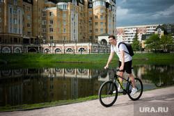 Виды Тюмени. Тюмень , велосипедист, водоем, весна, май, тюмень, мужчина на велосипеде