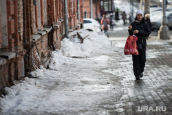 Грязь на начало весны. Екатеринбург, снег на тротуаре, лед