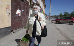 Виды города 9 мая День Победы. Пермь, пенсионерка, рассада, георгиевская лента, медаль, пенсионерка в маске
