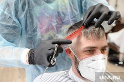 Открытие салонов красоты и парикмахерских после карантина. Тюмень, салон красоты, парикмахерская, стрижка волос, клиент в маске, парикмахер в маске