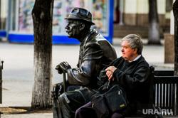 Весна в городе. Обстановка на улицах во время эпидемии коронавируса. Челябинск, пенсионер, скульптура ветеран, кировка