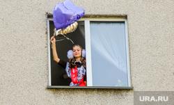 Выпускница 11 класса Анастасия Санникова во время онлайн Последнего звонка. Челябинск, воздушные шары, последний звонок, выпускница, окно, выпускной онлайн, санникова анастасия