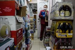 Сотрудник Роспотребнадзора в магазине
