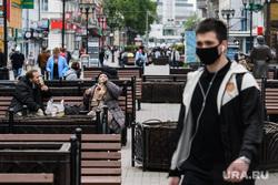Пятьдесят шестой день вынужденных выходных из-за ситуации с распространением коронавирусной инфекции CoVID-19. Екатеринбург, улица вайнера, люди на улице, масочный режим
