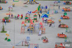 Дворовая площадка с жителями, которые не соблюдают режим самоизоляции. Челябинск, двор, дети, малые формы, детская площадка