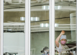 Обстановка в городе во время эпидемии коронавируса. Челябинск, маска, женщина, жест рукой, окно