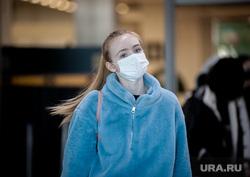 Прибытие задержанного рейса Сиань - Екатеринбург в аэропорту Кольцово. Екатеринбург, аэропорт кольцово, аэропорт, китайцы, медицинские маски, пассажиры, защитные маски, коронавирус