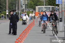 Город в период самоизоляции 27 мая 2020. Пермь, велодорожка, велосипедист в маске, полицейские в масках