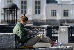 Третий день вынужденных выходных из-за ситуации с COVID-19. Екатеринбург, девушка с ноутбуком, удаленная работа, удаленка, работа на удаленке