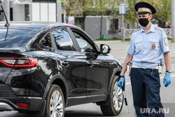 Проверка соблюдения масочного режима водителями. Екатеринбург, полиция, гибдд, дорожно патрульная служба, масочный режим, полицейский в маске