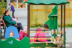Дворовая площадка с жителями, которые не соблюдают режим самоизоляции. Челябинск, двор, карантин, малые формы, детская площадка, самоизоляция