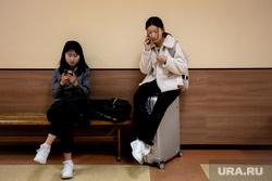 Студенты УрФУ около приемной иностранных граждан. Екатеринбург, смартфон, скамейка, чемодан, иностранцы, студенты, телефон в руке, иностранный гражданин, тайванка