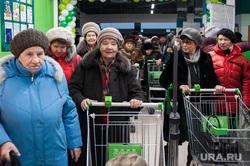 Открытие супермаркета «Перекресток». Екатеринбург, продуктовый магазин, покупатели, очередь , пенсионерки, бабушки, супермаркет