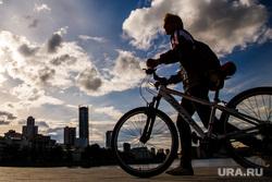 Жизнь вечернего города. Екатеринбург, прогулка, велосипедисты, выходной, горожане, отдых, прохожие