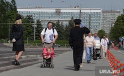 Город в период самоизоляции 27 мая 2020. Пермь, полицейские в масках, пешеход без маски